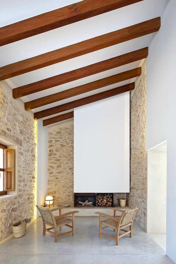 Sala con chimenea y vigas de madera