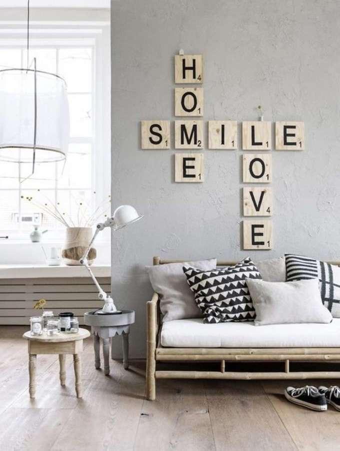 Sala con piso de madera y decoración de letras en la pared