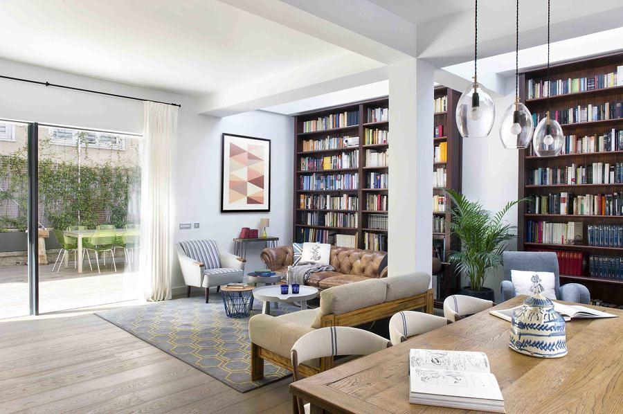 Sala con libreros grandes en la pared