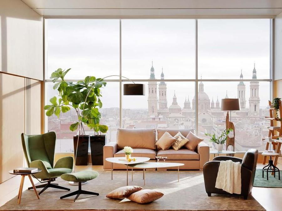 Sala con ventanas grandes y tapetes