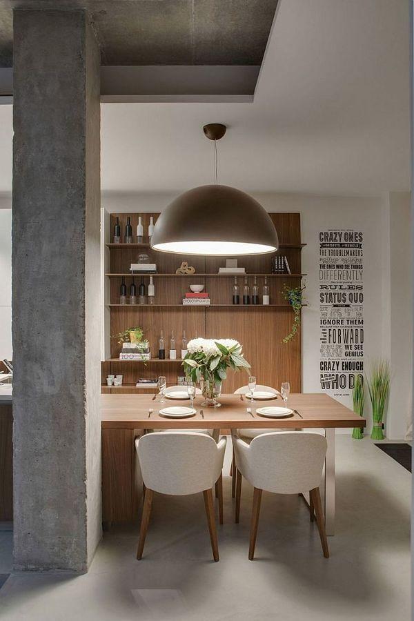 Sala con mueble de madera hecho a la medida y piso de microcemento