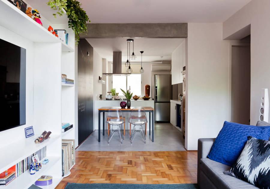 Sala con muebles ligeros y piso de madera
