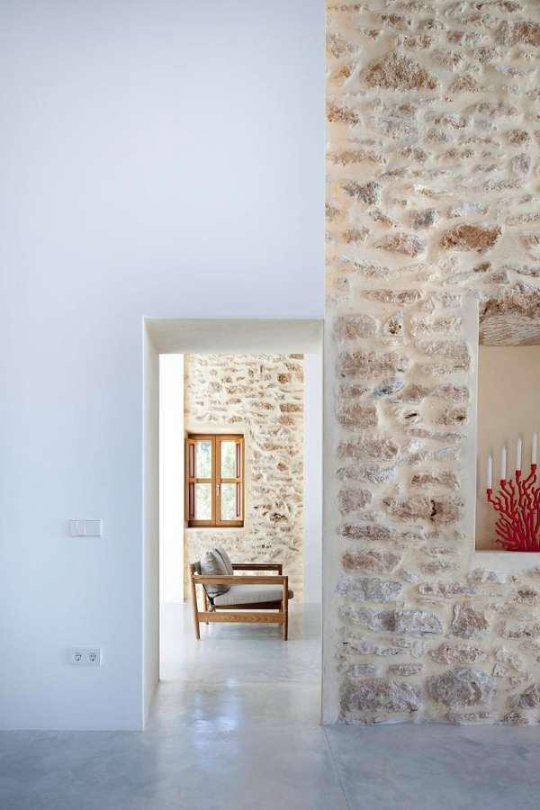 Sala con muros de piedra
