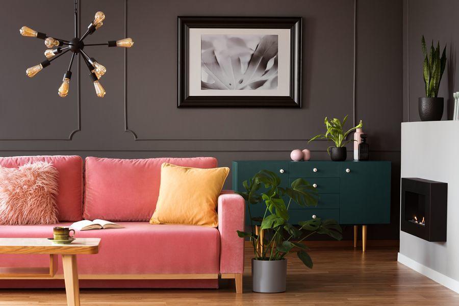 Salón con pared en color gris antracita