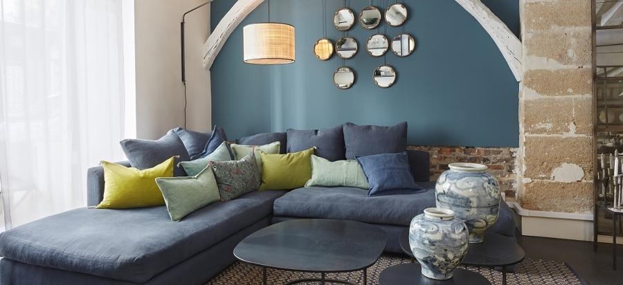 Sala con sillón y textiles