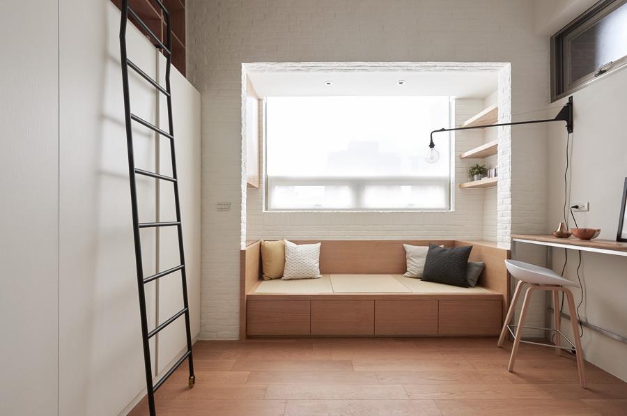 Sala con pavimento de madera y ático