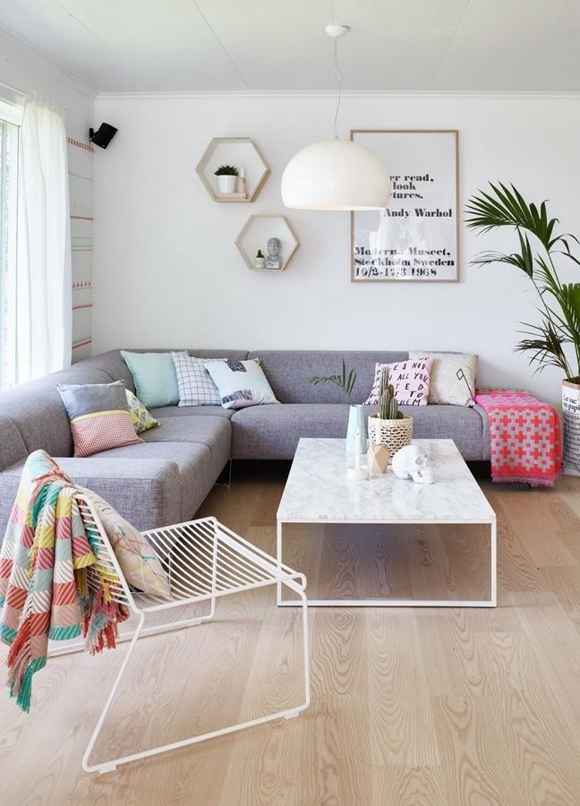 Sala esquinera con piso de madera