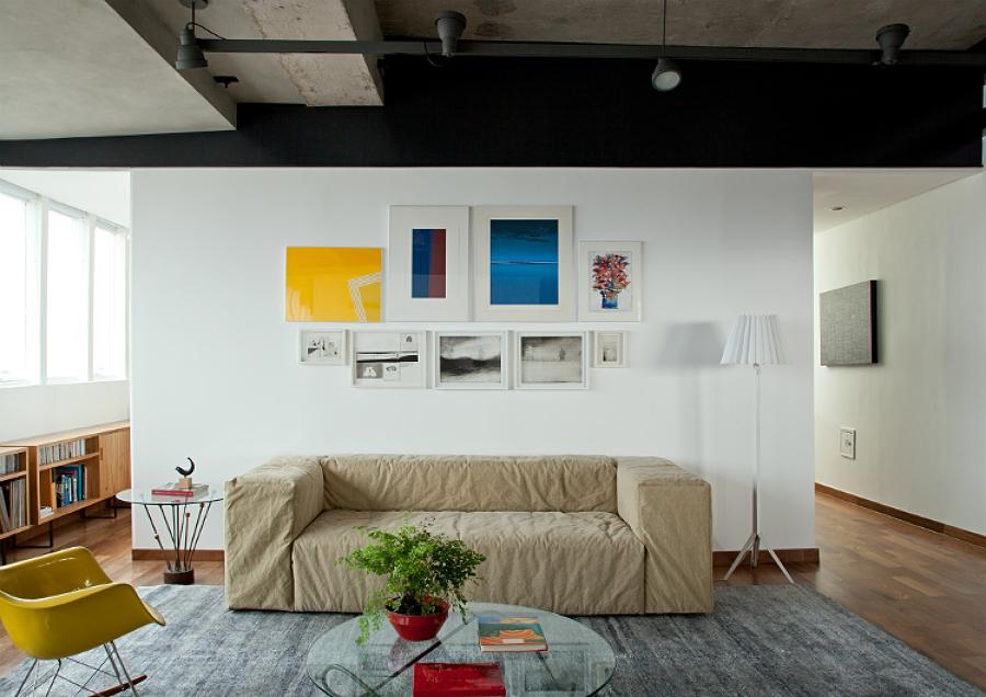 Sala con sillón y piso de madera