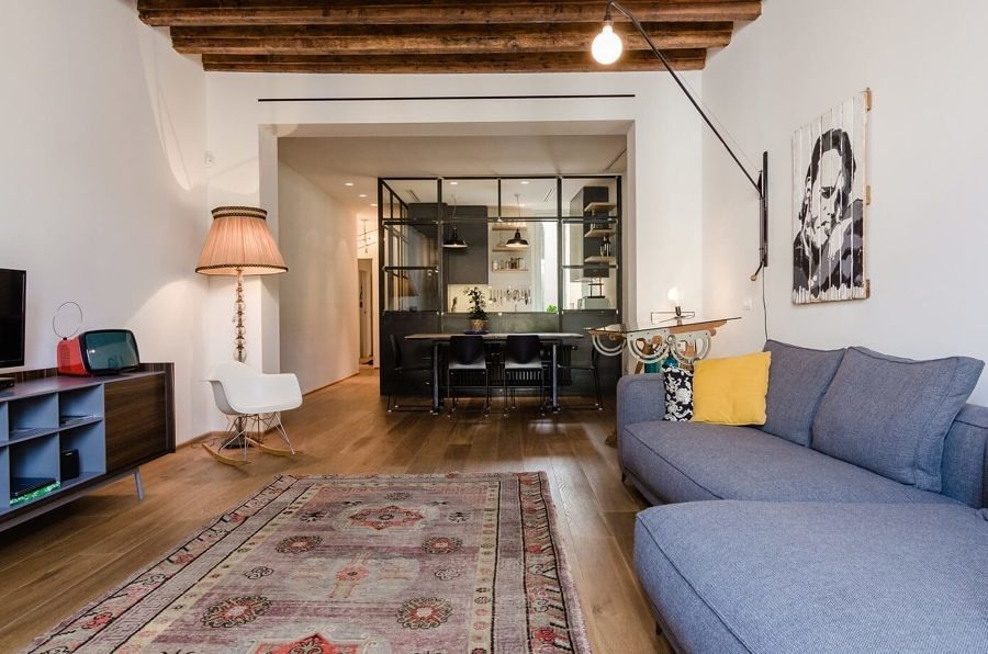 Sala con piso de madera y tapete