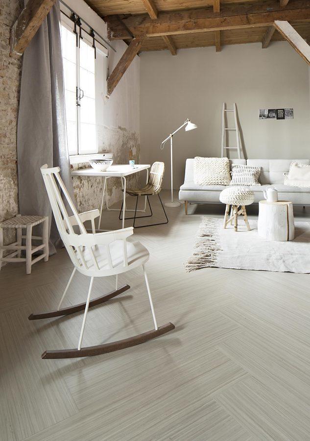Sala con piso de linóleo y techo de madera