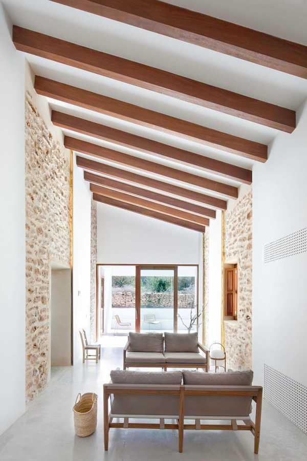 Foto sala con techo inclinado de vigas de madera 262756 for Tejados de madera modernos