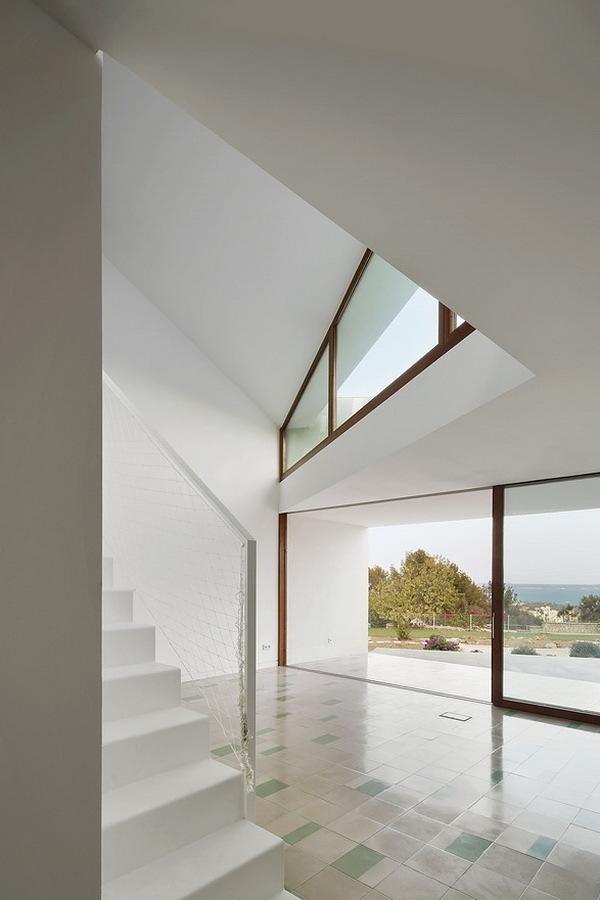 Sala con ventanas grandes y piso de azulejos
