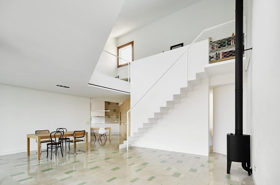 Casa blanca con dos niveles