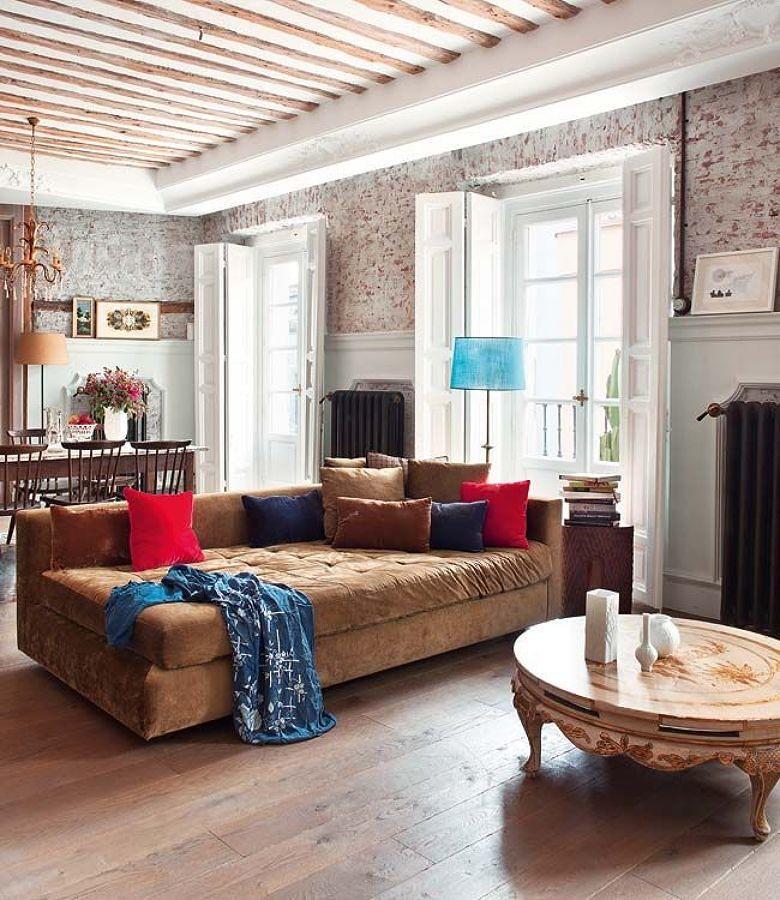 Sala de estilo clásico con gran sofá de color marrón