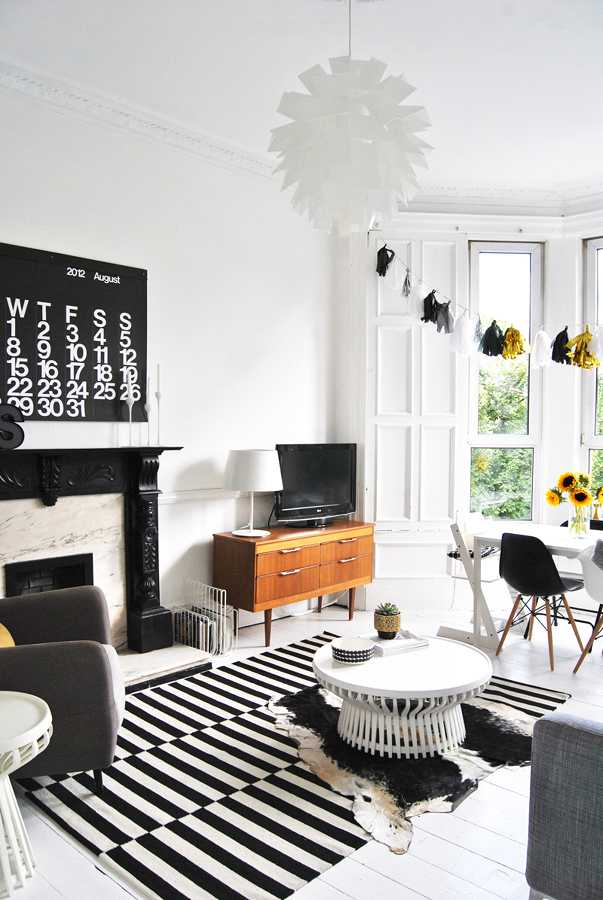 Sala decorada en blanco y negro con tapete