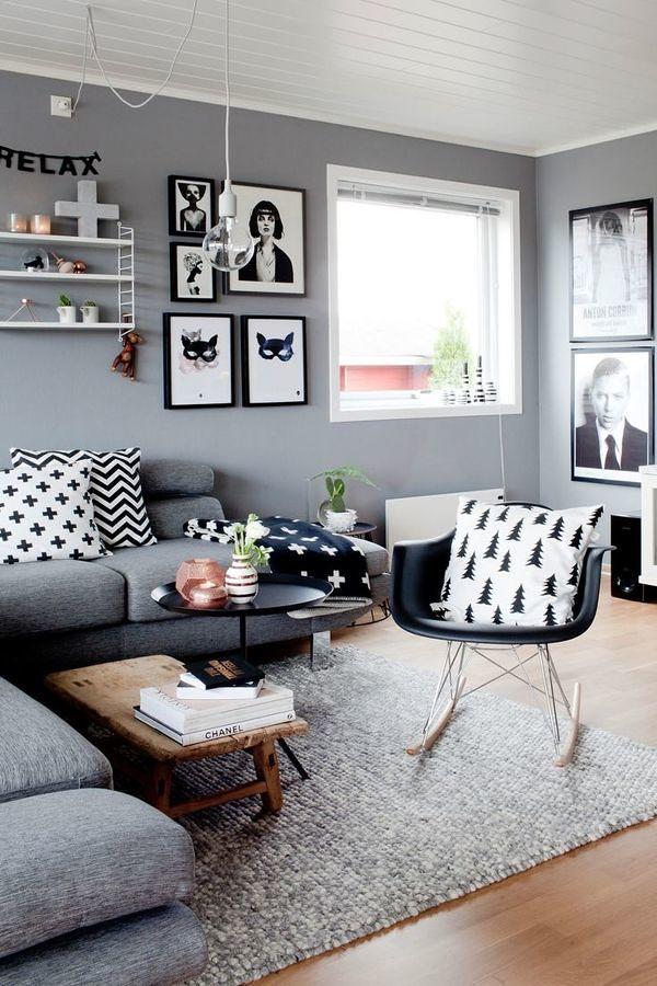 Sala en tonos gris y blanco decorada con cuadros