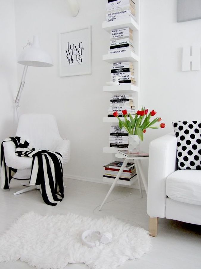 Sala blanca con estantería