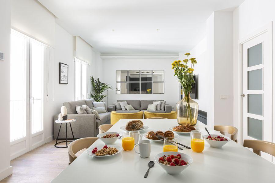 Salón moderno con comedor integrado.