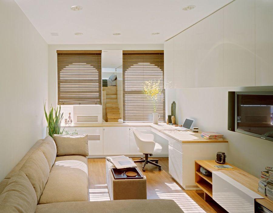 Sala multifuncional con distribución en línea y mobiliario hecho a la medida
