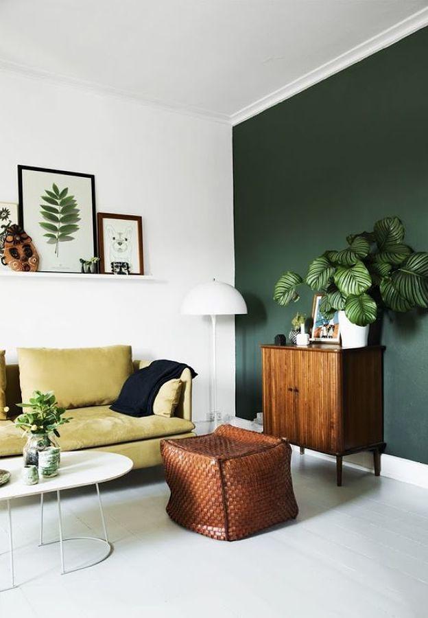 Sala con pared pintada de color verde intenso