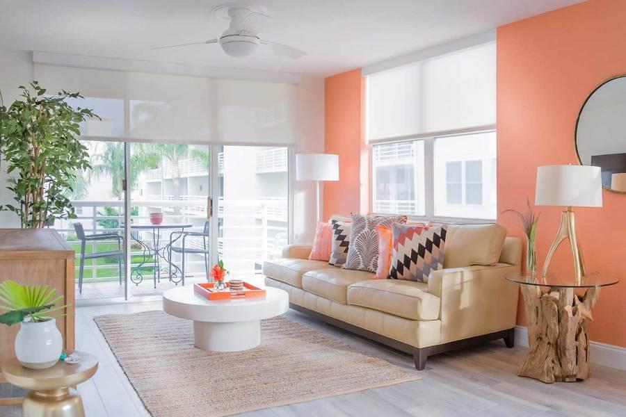 Sala remodelada y decorada en tonos salmón