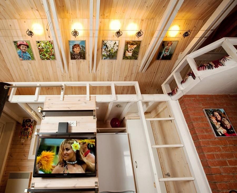 cabaña de madera en su interior con fotos de la familia