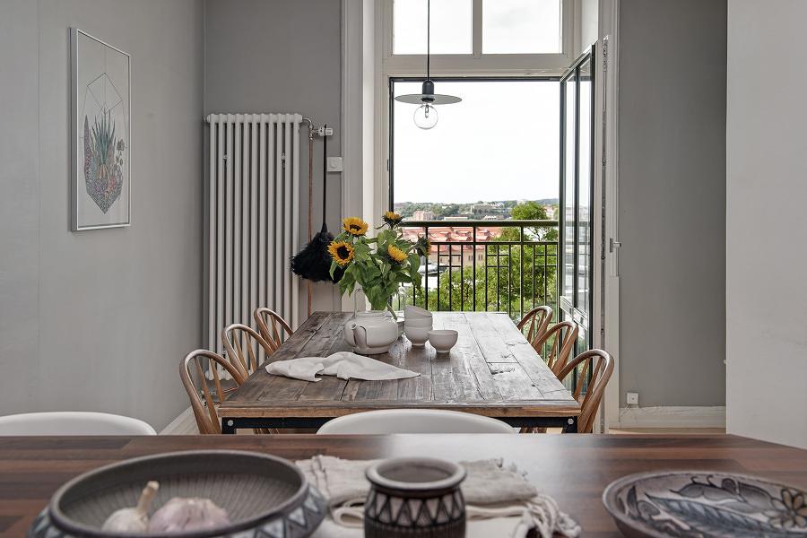 Comedor con mesa y sillas de estilo clásico