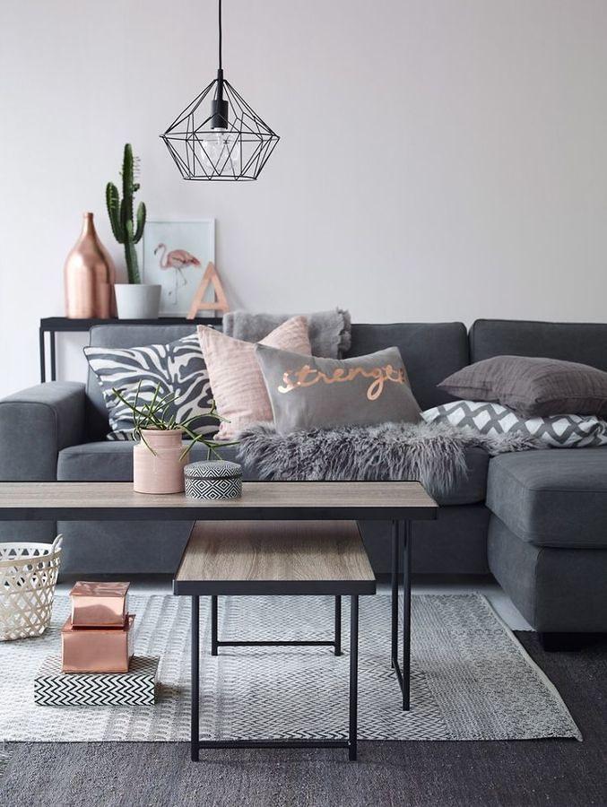 Sala estilo nórdico con sofá y cojines