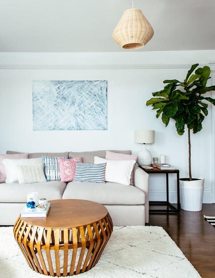 Sala con sillón beige tapizado