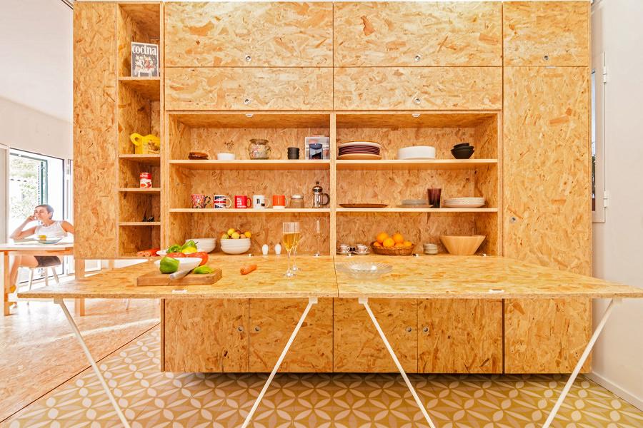 Módulo con paneles de madera OSB y mesa plegable