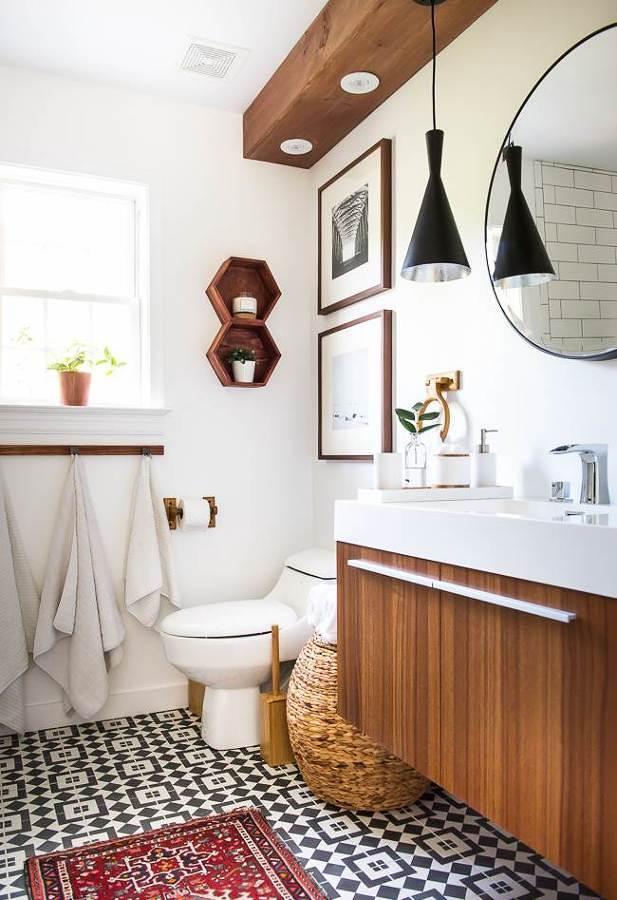 Baño con piso de azulejos