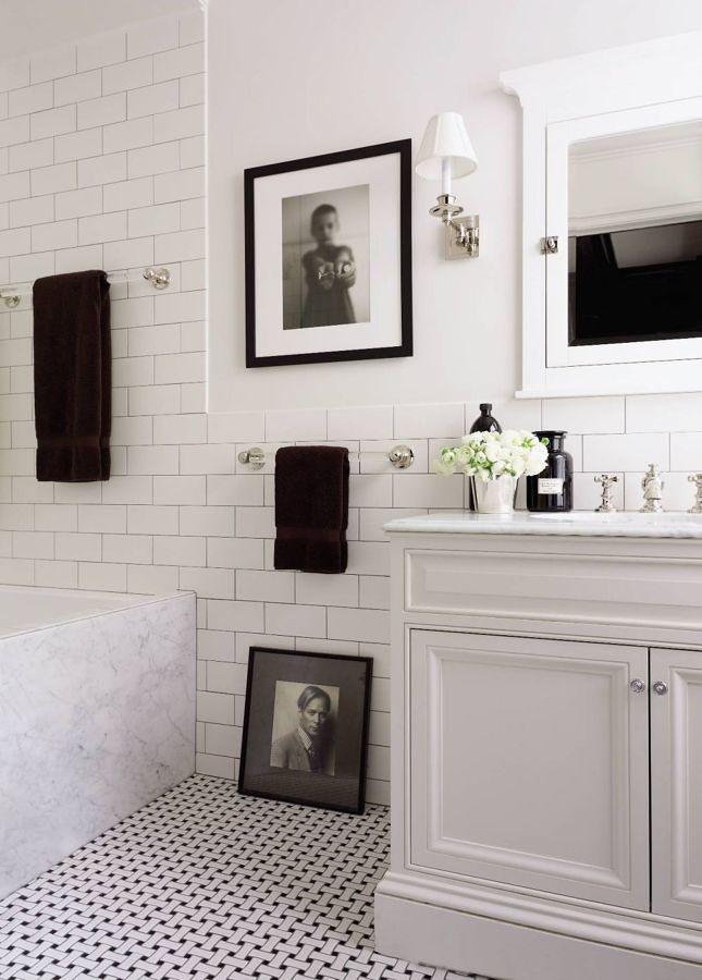Baño blanco y negro con piso vinílico