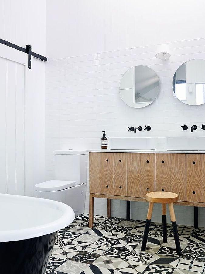 Baño con piso de mosaico hidráulico blanco y negro