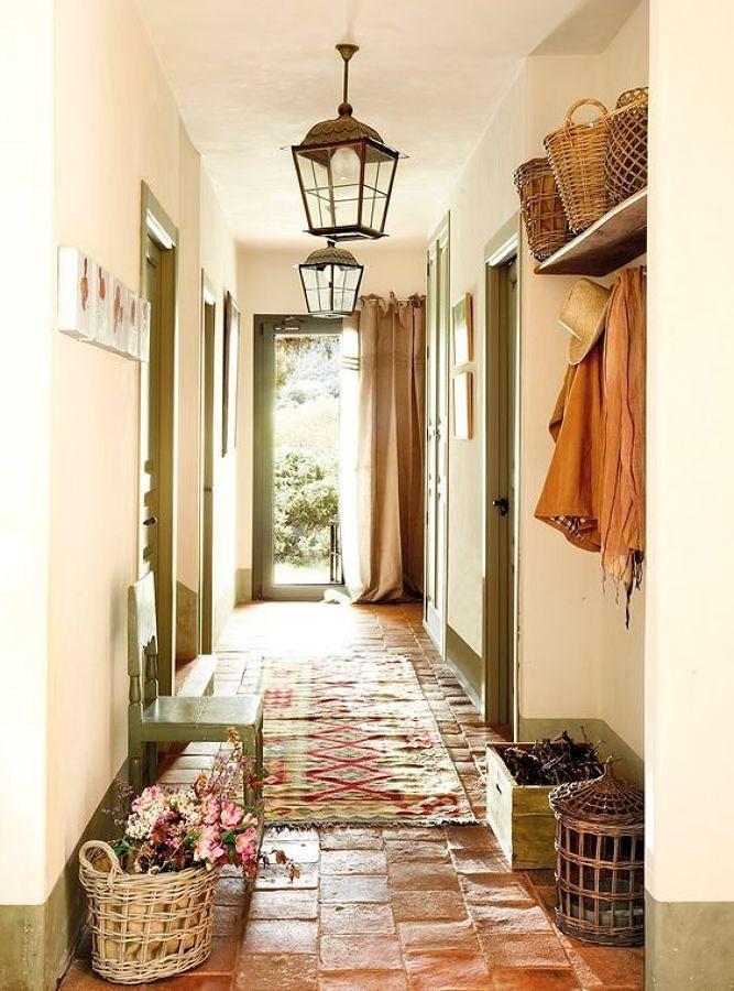 Casa estilo rústico con piso de barro y tapete