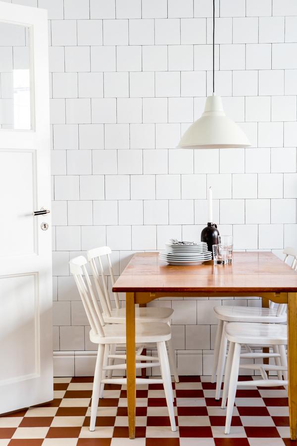 Comedor en la cocina con piso de damero blanco y rojo