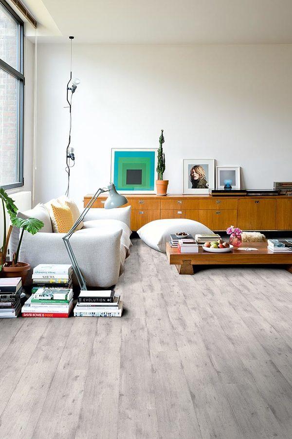 Sala con piso laminado removible