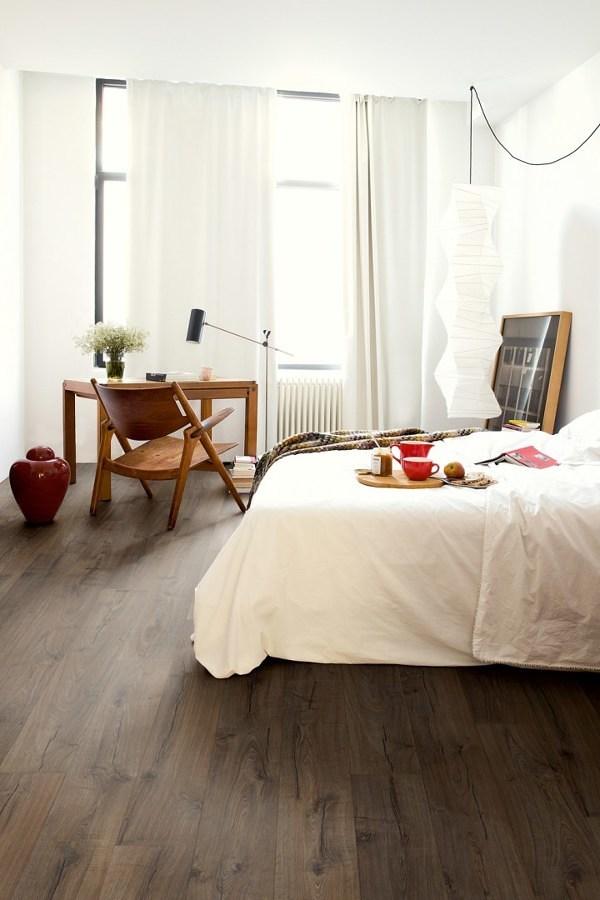 Recámara estilo nórdico con piso laminado
