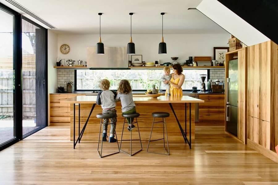 Cocina con piso y mobiliario de madera