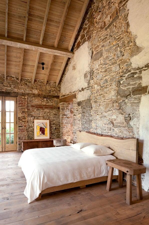 Recámara estilo rústico con piso de madera