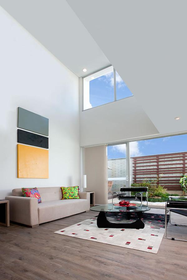 Sala con piso vinílico de madera