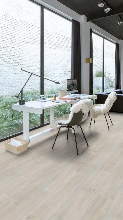 Zona de trabajo con piso vinílico
