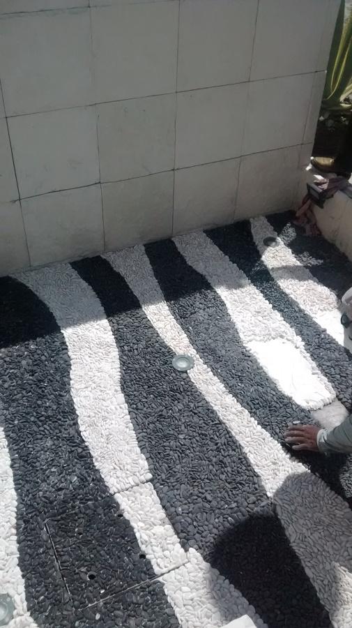 Foto tapete espejo de agua piedra de marmol negra y for Piedra marmol blanca