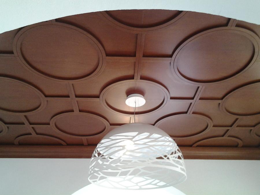 Techo con molduras de madera