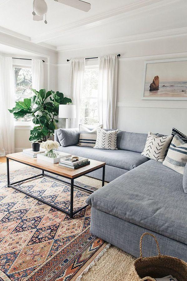 Sala con sillón en forma de L y tapete