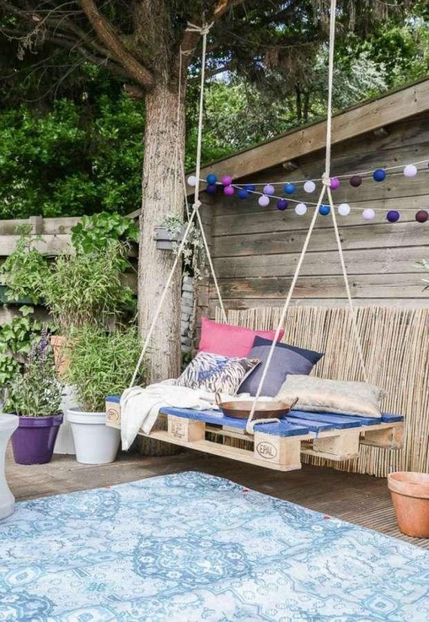 Columpio hecho con tarima de madera en la terraza