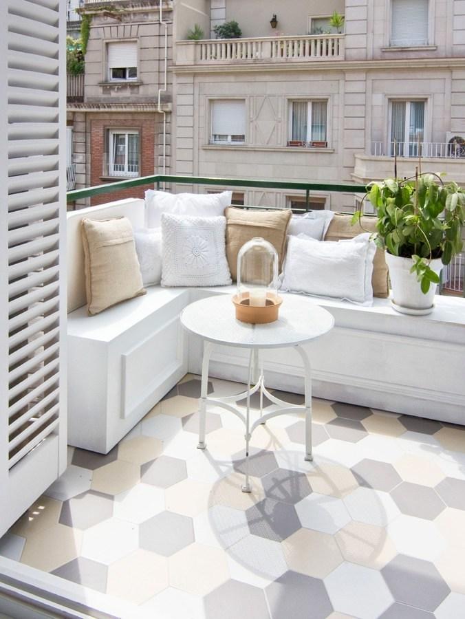 Terraza con banco y cojines
