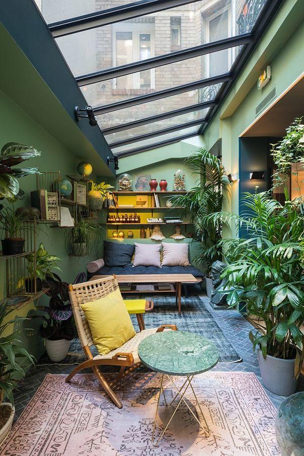 Terraza con plantas y techo de cristal