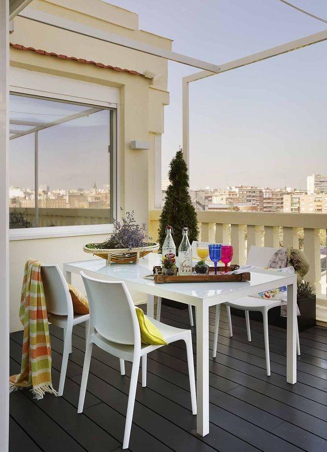 Comedor al aire libre en el balcón