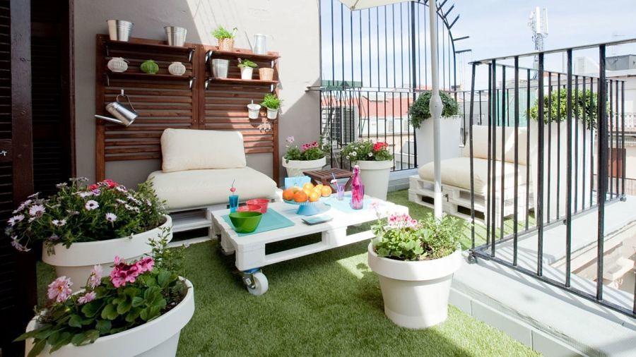 Terraza con mobiliario y pasto sintético