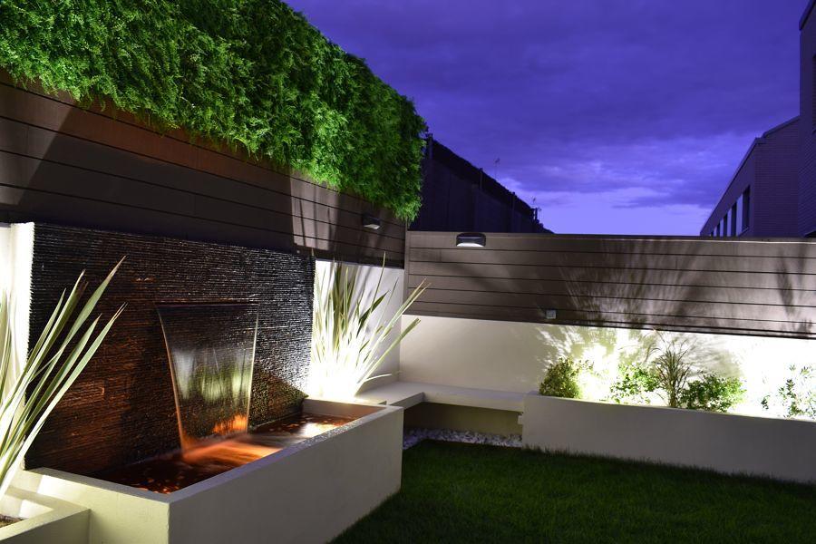Terraza con fuente iluminada